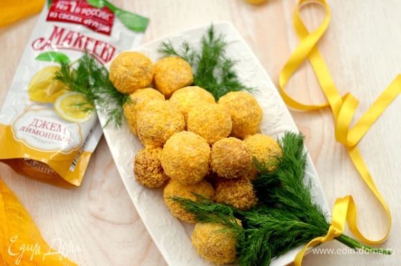 Выкладываем наши пончики на блюдо в форме мимозы, украшаем веточками укропа. Получилась настоящая весенняя ароматная пончиковая мимозка!