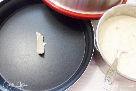 Выпекать шарлотку будем с помощью комплекта Steam Plus Pot. Смазать емкость сливочным маслом.