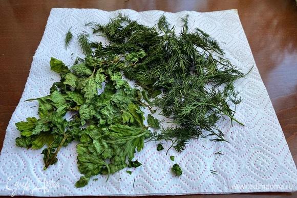 Готовую зелень измельчить. Вот таким образом можно быстро сделать заготовки зелени на зиму.