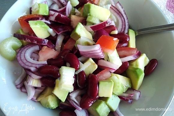 С лука слить уксус (2 ложки оставьте). Добавить лук в салат.