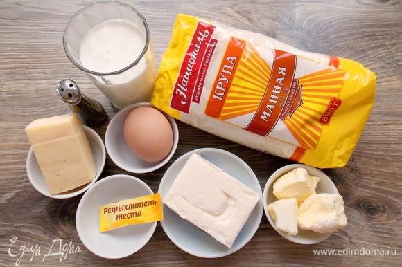 Подготовим все необходимые ингредиенты для нашего манника. Вместо кефира можно взять мацони, простоквашу или жидкую сметану. Масло растопить и остудить. Не заменяйте масло обычным маргарином или берите его очень хорошего качества.