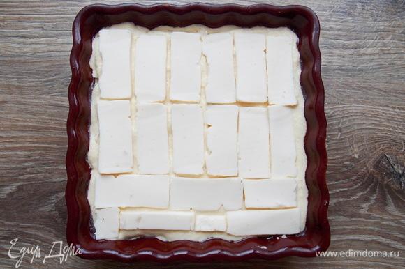 Наливаем еще 1/3 теста и разравниваем, закрывая первый слой сыра. Плавленый сырок тоже режем тонкими пластинками и раскладываем на всю поверхность второго теста. Если не любите сырки, возьмите плавленый сыр пластинками.