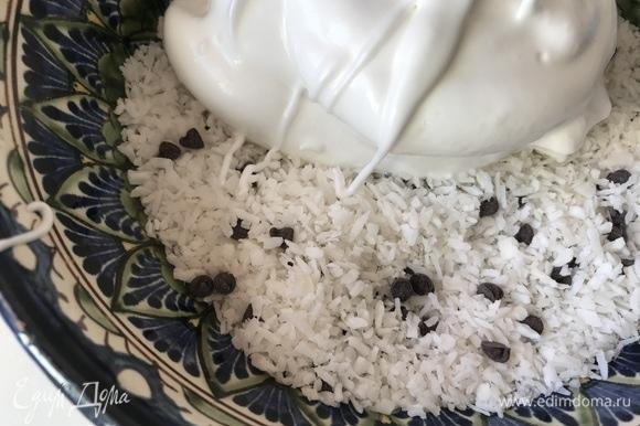 Добавить взбитые яйца к кокосу с шоколадом.