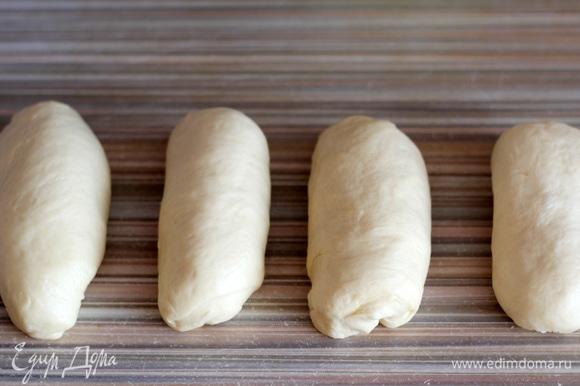 Разделяем тесто на 4 части, скатываем в цилиндрики, накрываем мокрым хорошо отжатым полотенцем и оставляем на 15 минут.
