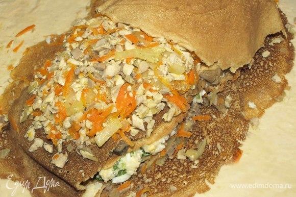 Блин делим на две части. Закрываем начинку из грибов двумя половинками блина. Выкладываем начинку из говядины. Разравниваем, приминаем и укрываем двумя целыми блинами.