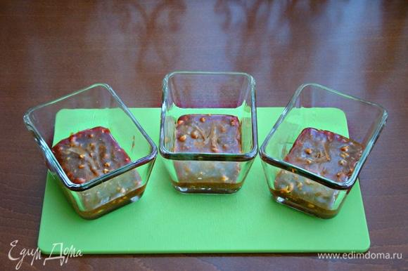 Разложить карамель в порционные формочки для запекания.