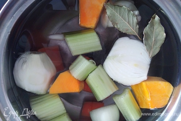 Для приготовления паэльи нам понадобится овощной бульон. Я готовлю так: складываю в кастрюлю лук, морковь, сельдерей, тыкву, лавровый лист. Заливаю холодной водой, варю 40 минут на медленном огне.