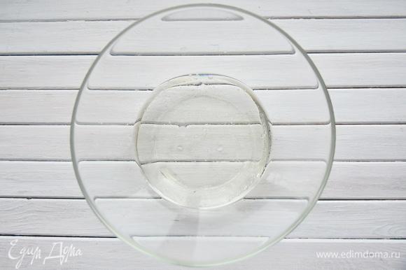 В миске соединить жидкие ингредиенты (воду, столовый уксус, растительное масло).