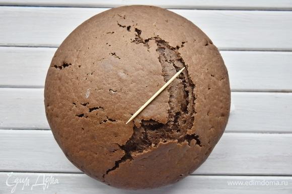 Выпекать бисквит в духовке, разогретой до 180°C, 35–40 минут. Готовность проверить деревянной зубочисткой.