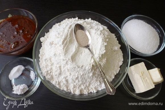 Для коврижки подготовить и взвесить необходимые ингредиенты. Воды нужно 110 мл, из них 70 мл горячей (75°C) для растворения сахара и 40 мл для разбавления меда. В миске растворить сахар в горячей воде (70 мл), добавить мягкий маргарин, перемешать. Всыпать 250 г муки, постоянно мешая. Тесто густое, вымешивать надо минут 7–10. Вот тут я и подключила к работе хлебопечь. В другой миске развести мед с 40 мл воды. Добавить разрыхлитель, соду и лимонную кислоту. Вымешать. Медовая масса будет пузыриться. Муку смешать с дрожжами. Соединить медовую массу с мукой и пряничной смесью и отправить в хлебопечь к сахарному тесту. Муки может понадобиться больше, возможно придется добавить еще 3–4 ст. л., это зависит от меда, если вдруг он будет слишком жидким. Состав пряничной смеси не пишу, если честно, то не помню состав. Я его делала сама, там корица, мускатный орех, душистый перец, кардамон, гвоздика, может еще что. Рецепт можно найти в интернете или приготовить из любимых специй.