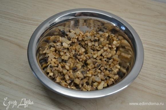 Лук и грибы нарезать мелким кубиком и обжарить до золотистости. Добавить измельченный чеснок, соль и перец. Обжарить еще около минуты.
