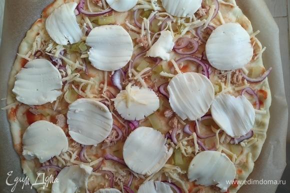 Немного твердого сыра и моцареллы. Сверху посыпаем сушеным чесноком и орегано. Отправляем в разогретую духовку на 10–15 минут.