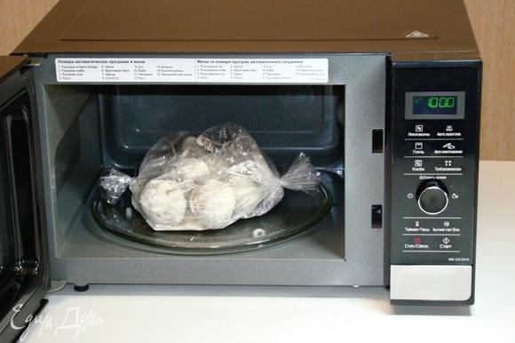 Поместить пакет с картофелем в СВЧ-печь Panasonic NN-GD39HSZPE и при полной мощности (1000 Вт) запекать картофель в режиме «Микроволны» в течение 7 минут.