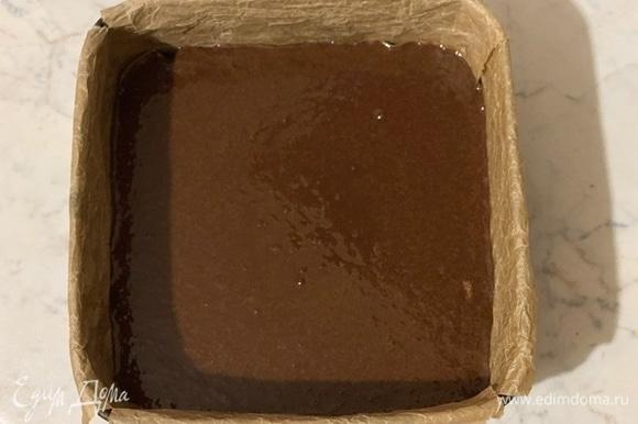 Духовку разогреть до 180°C, форму для выпечки выстелить бумагой. У меня форма 15/15.