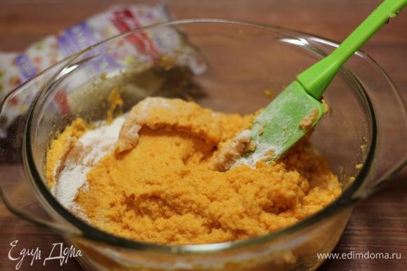 Тесто должно получиться достаточно густым, чтобы можно было сформировать шарики. Добавить столовую ложку растительного масла. Тесто получается липкое.