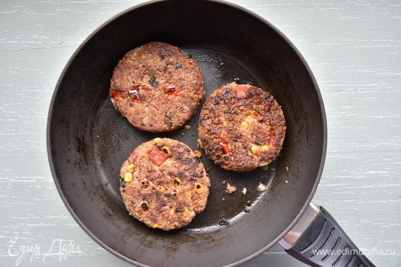 Сформировать котлеты, запанировать их в муке и перед обжариванием выдержать некоторое время в морозильной камере. Обжарить до золотистого цвета на сковороде с растительным маслом. Когда все составляющие гамбургера будут готовы, останется только собрать его. В качестве дополнения можно использовать все, что любите: маринованные огурцы, помидоры, лук, листья салата.