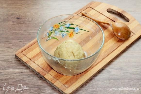 Вмешивайте небольшими порциями мучную смесь в масляную. Соберите тесто в ком. Если не собирается в ком, добавьте 1 ст. л. воды.