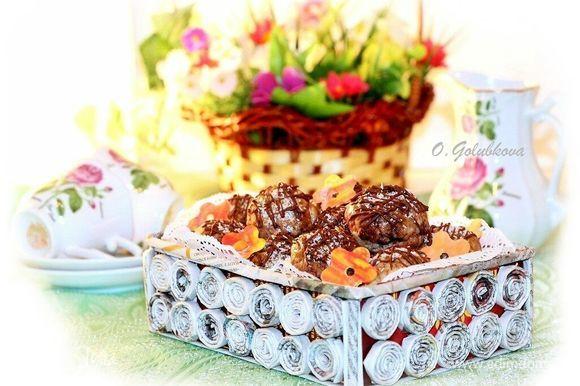 Цветы в корзине с печеньем из мастики, это по желанию.