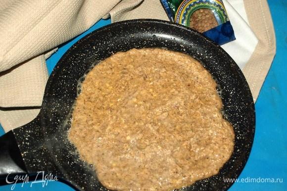 Выпекаем лепешки на среднем огне на очень хорошо разогретой сковороде. Если необходимо, то сковороду смазать растительным маслом.