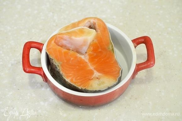 Рыбу помойте, обсушите, положите в форму, подходящую для использование в микроволновой печи.