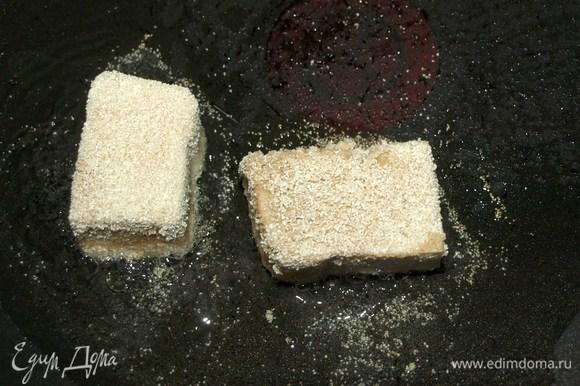 Обжариваем тофу со всех сторон до румяной корочки. Готовый тофу выкладываем на бумажное полотенце, чтоб убрать лишний жир.