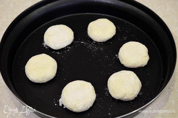 Выложите в блюдо Steam+, которое как раз предназначено для приготовления в этой печи и идет в комплекте с микроволновкой. Добавьте масло.