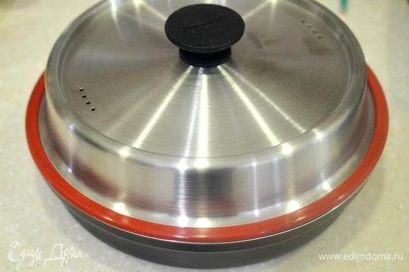 Накройте крышкой. Готовьте в микровоновой печи в режиме «Микроволны» на большой мощности 10 минут, затем уменьшите мощность до 600 Вт и готовьте еще 15 минут.
