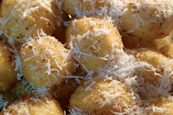 Посыпаем картофель сыром и запекаем еще 10–15 минут.