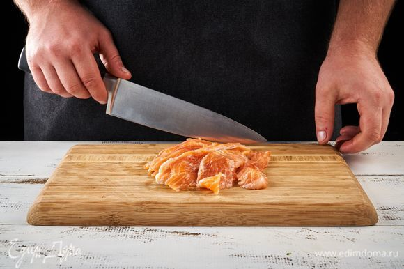 Нарежьте рыбу на тонкие ломтики.