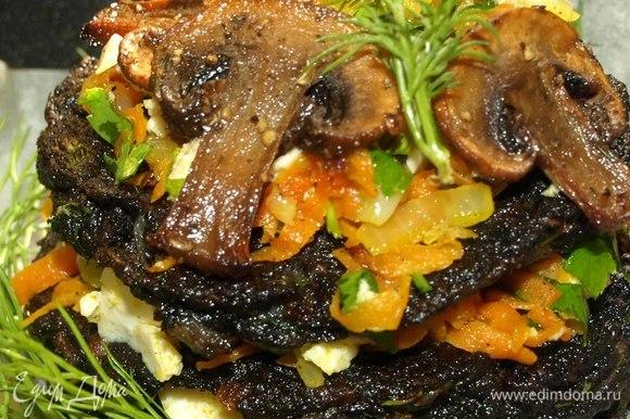 Украшаем зеленью. Можно обжарить до румяной корочки грибы и украсить блюдо.