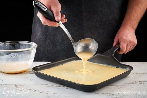 На разогретую сковороду налейте масло. Вылейте яичную смесь, прожарьте с одной стороны.