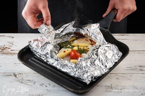 Заверните фольгу и готовьте на решетке 15 минут.