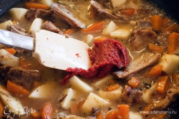 Следом за водой — томатную пасту, перемешиваем и тушим около 30 минут под закрытой крышкой на маленьком огне.