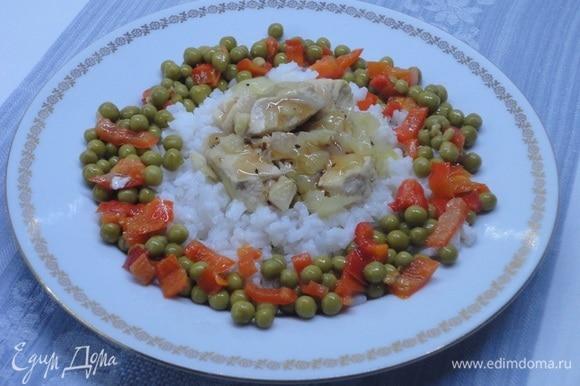 Подавать курицу по-испански рекомендуется так: на тарелку выкладывается рис, сверху — кусочки курицы. Поливаем бульоном. Я еще и бальзамическим уксусом сбрызнула. По краям тарелки — рис с перцем. Приятного аппетита!