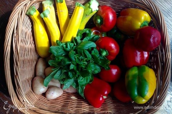 Овощи очистить, нарезать. В кастрюлю — воду, картофель, лук, сельдерей, одну морковь, соль. Варю минут 15.