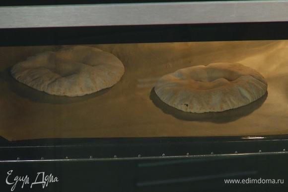 Питы уложить на выстеленный бумагой для выпечки противень и подогреть в духовке.