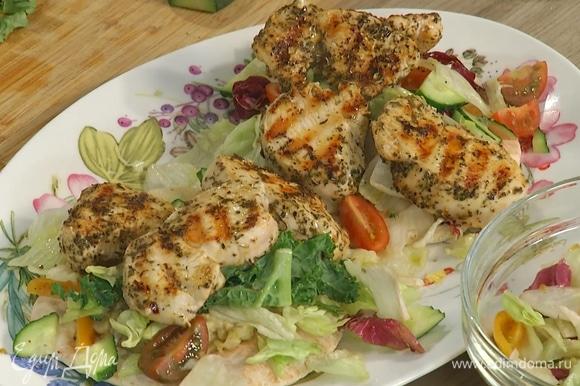 Разогретые лепешки поместить на тарелки, сверху выложить бабагануш, салат и куриное филе.