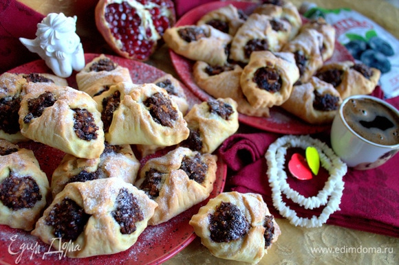 Накрытое печень остается свежим, как в первый день выпечки: мягким и рассыпчатым.
