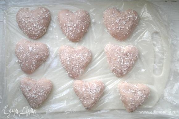 Доску застелить пленкой, посыпать сухими сливками (или рисовой мукой). Выложить конфеты и поставить в холодильник еще на 30–40 минут.