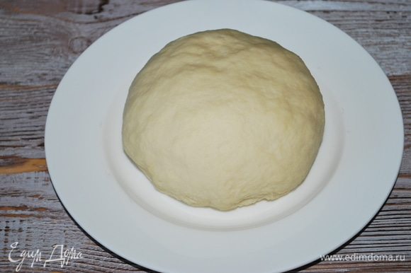 Тесто получается мягкое, с ним очень хорошо работать, и оно не липнет к рукам. Закройте его пленкой или полотенцем, пусть оно отдохнет 20–30 минут.