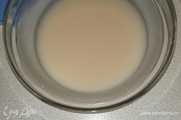 Приготовить опару: дрожжи растворить в теплой воде, добавить 1 ст. л. муки и 1 ч. л. сахара. Накрыть полотенцем и дать опаре подойти минут 10.
