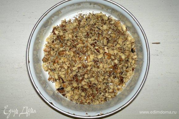 Ядра грецких орехов измельчить в мелкую крошку.
