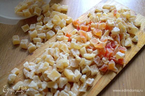 Нарезать по желанию цукаты ананасовые. Или взять изюм.