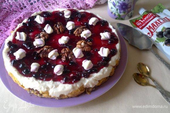 Украсить торт половинками грецких орехов и маршмеллоу. Подать торт в качестве десерта на романтический ужин.