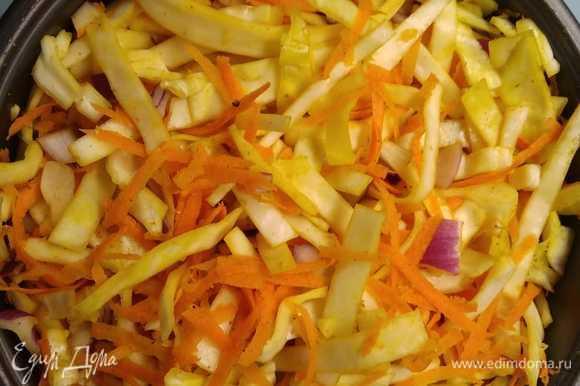 Засыпать морковь и лук. Смешать все ингредиенты. Добавить воду, поставить чашу в мультиварку и включить режим «Выпечка» на 65 минут.