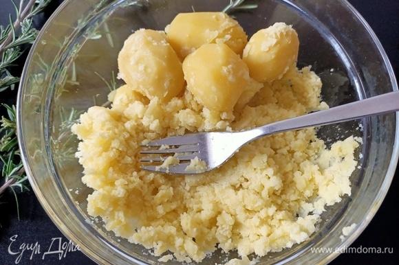 Картофель сварить, остудить и с помощью вилки размять.