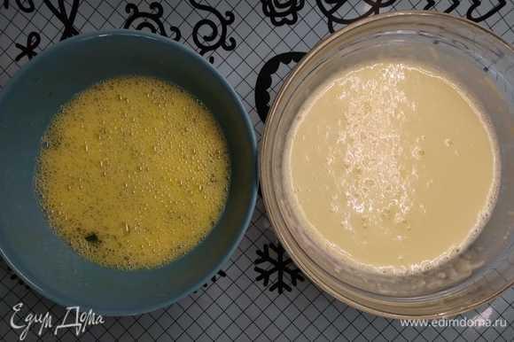 Разогрейте сковороду и смажьте ее тонким слоем кукурузного (или любого на ваш вкус) масла.