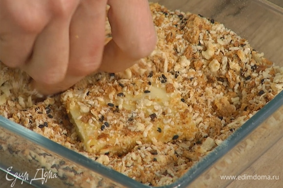 Яйцо слегка взбить вилкой, обмакнуть в него кусочки сыра, затем обвалять в панировочных сухарях.
