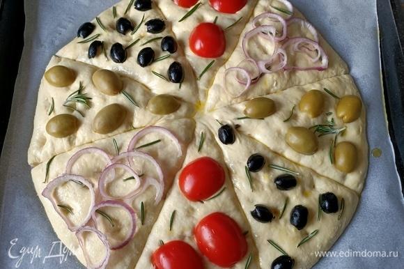 Сверху выложить помидоры, оливки и лук (лук я нарезала очень тонкими кружочками, и он у меня подгорел, режьте потолще).