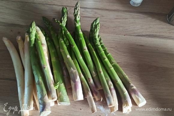Подготовить нужные ингредиенты. Я готовила сразу зеленую и белую спаржу. Белую мы ели потом просто с соусом.